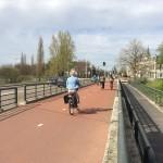 """2015-04-24 – StädteRegion Aachen - """"Komfortabel, schnell und sicher."""" Beim Rijn-Waalpad Radschnellweg handelt es sich in weiten Teilen um einen Zweirichtungsradweg – hier neben einer vielbefahrenen Straße."""