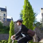 Radfahrer vor Burg Herzogenrath